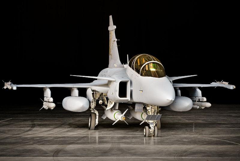 Suiza: Pospone dos años compra de aviones militares.