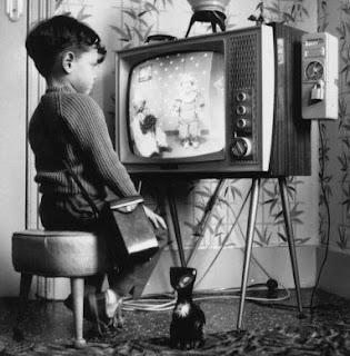 Nen mirant una televisió dels anys 60