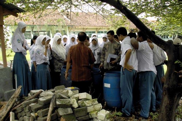 Siswa mengikuti peltihan proses pengolahan sampah. Diharapkan setelah pelaksanaan pelatihan pengola