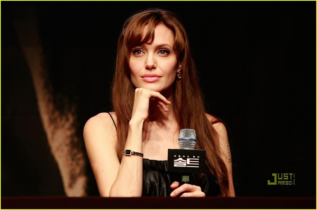 http://1.bp.blogspot.com/_khaYitEmXkw/TFAktubQQAI/AAAAAAAALOA/1akp0f3ZAks/s1600/angelina-jolie-salt-seoul-press-conference-17.jpg
