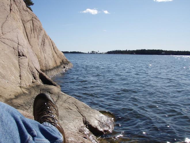 Fika på Jogersö 2009-04-01, blundar man kan man låtsas att man sitter i en kanot ;-)