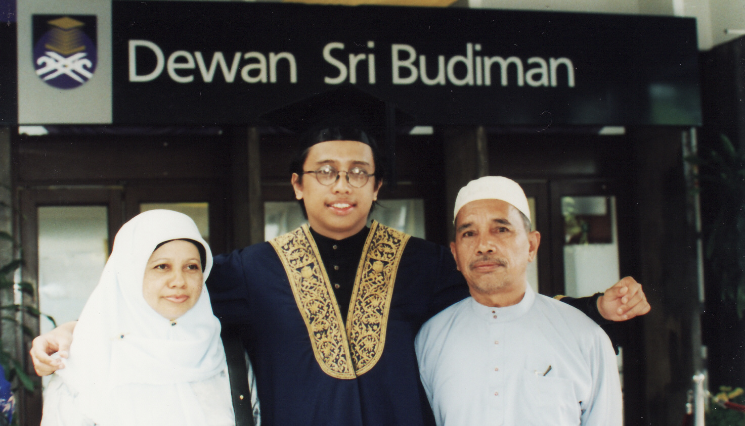 Mr Shahril with his parent during BSc Convocation (June 2002)