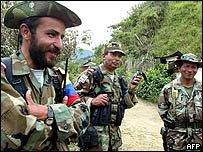 Comandante de la Columna Movil Jacobo Arenas, junto a dos guerrilleros indigenas del Cauca