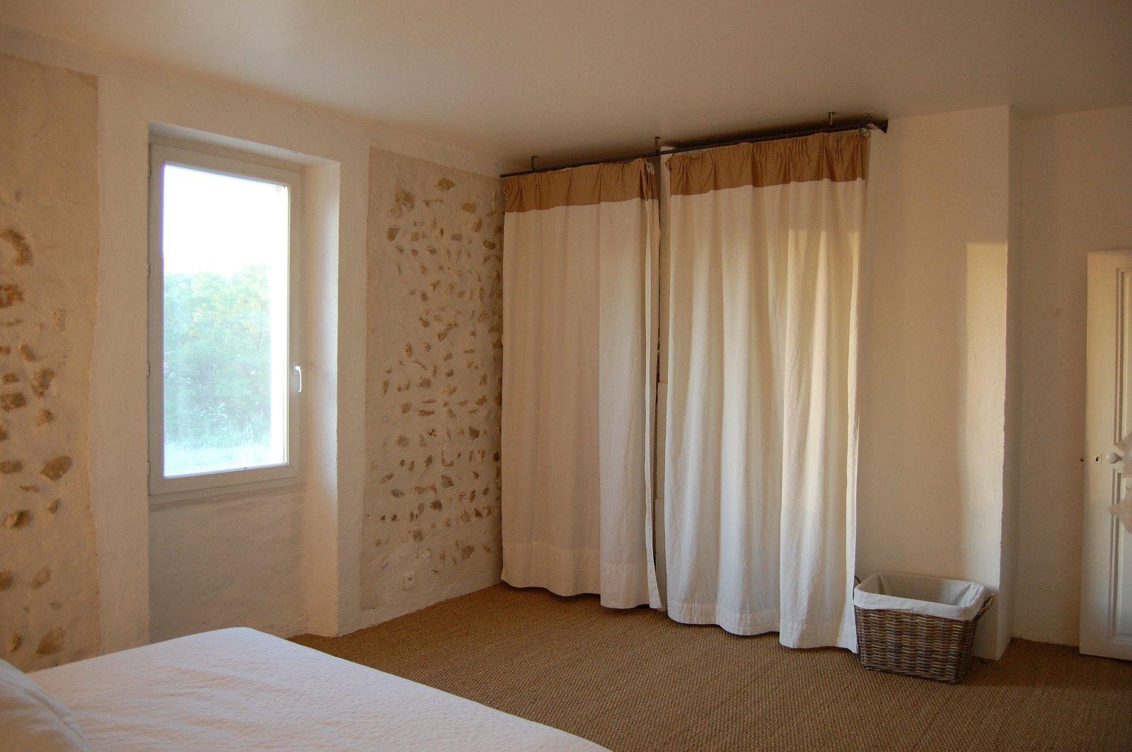 le petit payan chambre avec lit double. Black Bedroom Furniture Sets. Home Design Ideas