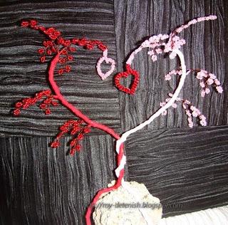 Вот решила...  И немного описания : Материалы: бисер, проволока, нитки, камень Способ изготовления.