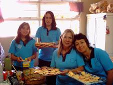 Preceptoras y docentes preparando pizzas caseras para los alumnos de la expo corralitos