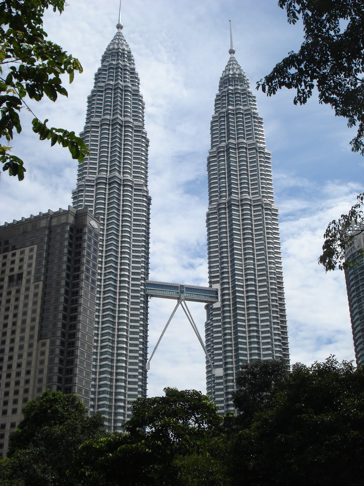 a food and travel blog petronas twin towers of all day these towers stand tall above the leafy greens as if to serve as a guide to the lost travelers making their way