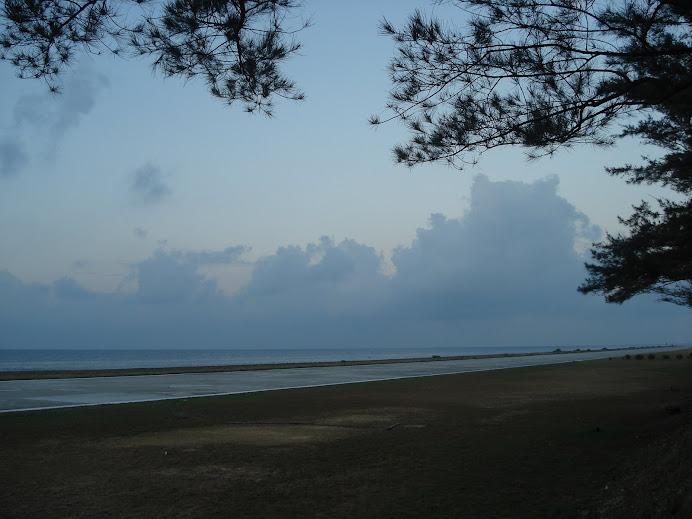 laut dan daratan sentiasa bertaut di bawah naungan awan