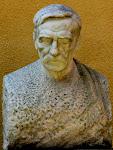 Szentgyörgyi István szobra a Studió Színház előtt