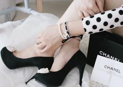 http://1.bp.blogspot.com/_l3ITEZPbhuo/TVJ2jhUqHSI/AAAAAAAAEKM/oFLnjdm791Y/s400/Pearl_fuck_boner_sexy_black_heels_CHANEL_Pearls.jpg