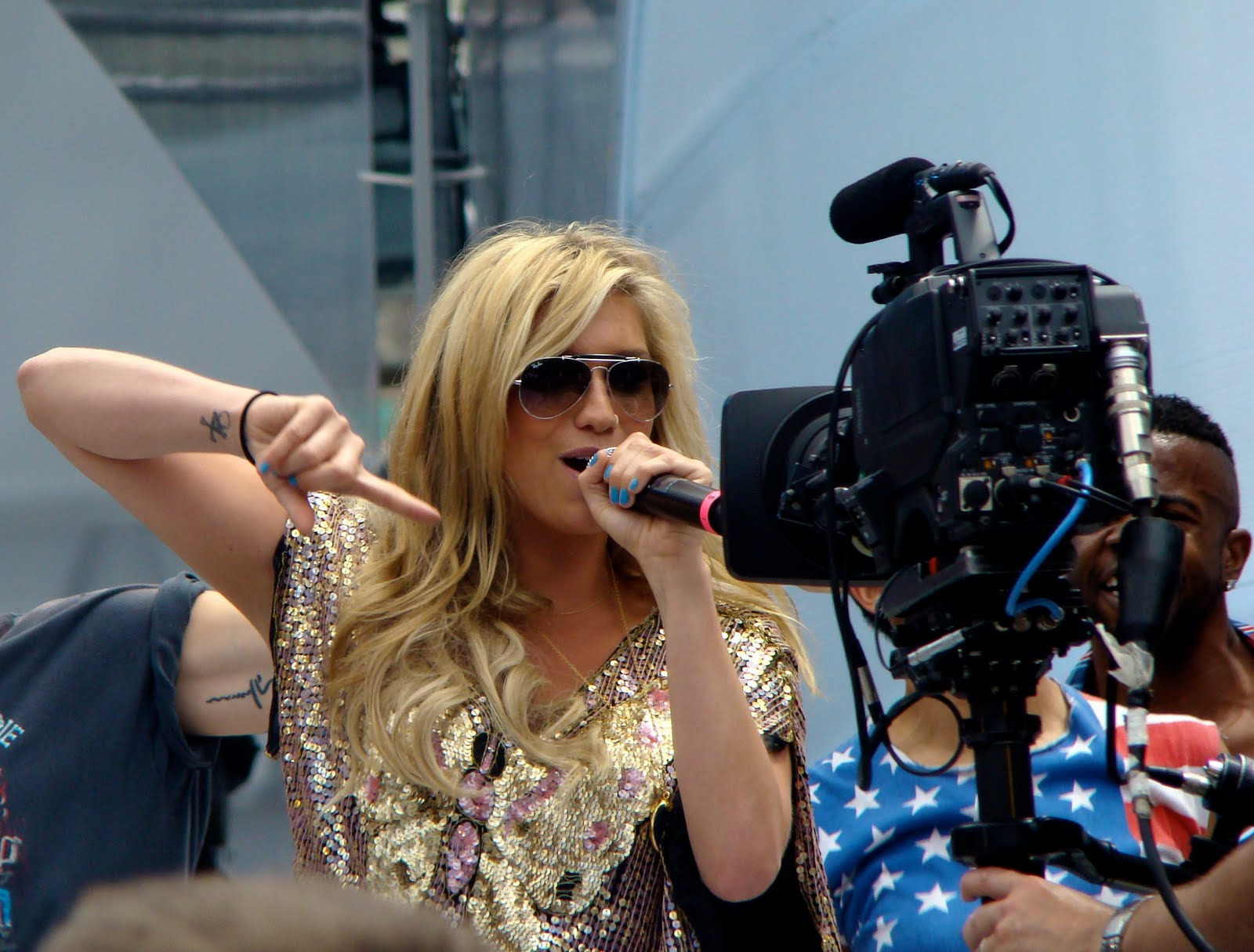 http://1.bp.blogspot.com/_l4fHvjxGlCs/TG28Npy7D7I/AAAAAAAAAvs/RF8noawMhJQ/s1600/Kesha_Live_Much.jpg