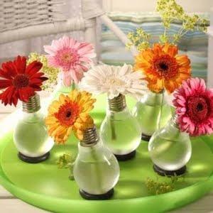 http://1.bp.blogspot.com/_l6ohLUliysc/SsHSkqi3TII/AAAAAAAABBc/7xSId4c3ukY/s400/light+bulb+vase.jpg