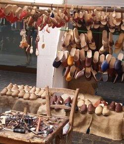 Un banchetto di zoccoli in legno.