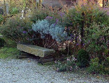 Un dettaglio particolare, la panchina rustica. Foto di Andrea Mangoni.