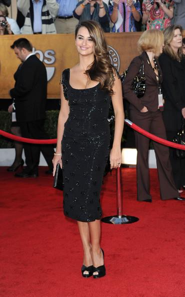 famosa vistiendo falda larga negra
