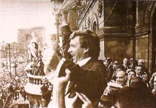 Clemente celebra desde el balcon del Ayuntamiento de Bilbao el último titulo conseguido