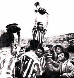 Gainza eleva al cielo de Madrid la Copa conquistada en 1956. Una imagen para la historia