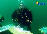 http://1.bp.blogspot.com/_lDAX7iAdXyU/SXxSz3QD25I/AAAAAAAAAAs/CH5ZcjHYL8I/s320/2789222724-penyelam-inggris-menyetrika-dalam-air.jpg