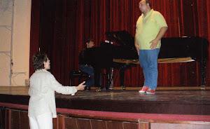Giusy durante una lezione al tenore Gianluca Lo Cicero