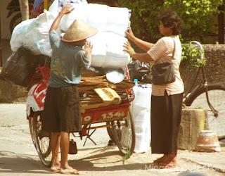 Objek Foto: Tukang Becak dan Ibu Pengepul Kertas Bekas