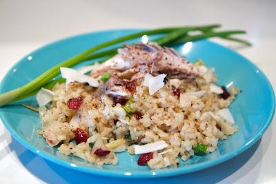 karpalolla ja kookoksella maustettua paistettua riisiä