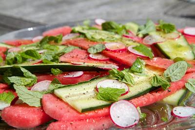 Minttuinen melonisalaatti