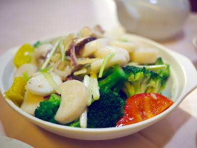 kampasimpukoita ja broccolia