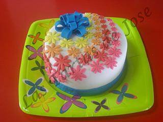 Tarta decorada con flores y lazo. Las tartas de Jose.Castellón.
