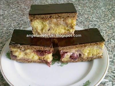 Konyakmeggyes szelet recept, kakaó tésztás sütemény, meggyes krémmel, csokoládémázzal befedve.