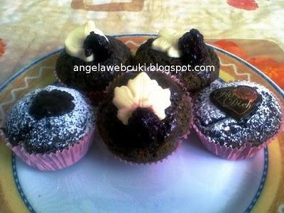 Mákos muffin fekete szederrel, tejtermék mentes sütemény, mézes vörösboros szedres öntettel.