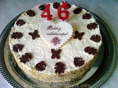 Tojáslikőrös kakaós torta, őszibarackkal töltött krémmel, kekszmorzsával és csokoládé lapkákkal díszítve.