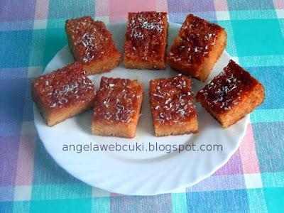 Citromos sütemény, kevert tésztás süti, citromos sziruppal leöntve, és kókuszreszelékkel megszórva.