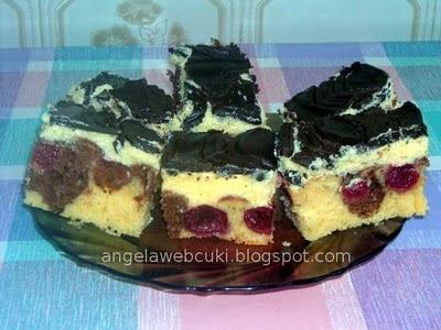 Meggyes Duna hullám, kevert tésztás sütemény, vanília pudingos krémmel, csokoládés kókuszzsíros mázzal bevonva.