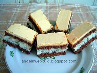 Sárga tetejű kókuszos szelet, kakaós fahéjas tésztával, kókuszos töltelékkel, tojássárgájából készült rumaromás mázzal.