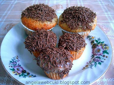 Kakaós marcipános muffin, marcipán ízű Dr. Oetker Decor cukormázzal és tortadarával a tetején.