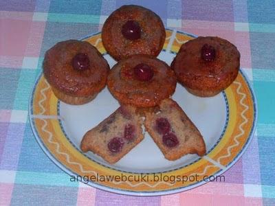 Meggyes muffin, meggyes tésztával, meggyleves cukormázzal bevonva, egy szem meggyel a tetején. Nagyon meggyes :) .