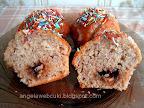 Mákos muffin 2, fahéjas joghurtos mákos tésztával, marcipán ízű cukormázzal és színes csokidarával a tetején.