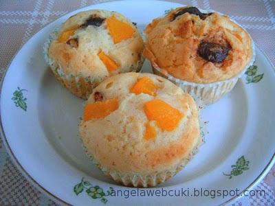 Tojásfehérjéből muffin, tejtermék mentes sütemény, csokoládéval, apróra vágott mogyoróval, aszalt gyümölccsel vagy valamilyen gyümölcs befőttel.