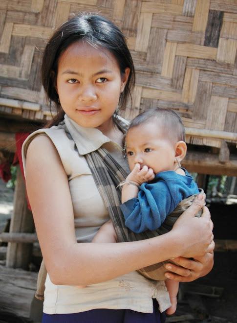 Zusje past op broertje (Laos)