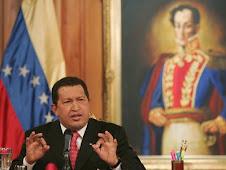 Hugo Chavez con la espada de Bolivar