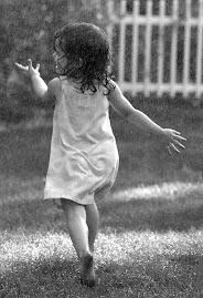 بفرح بالمطر زى الاطفال