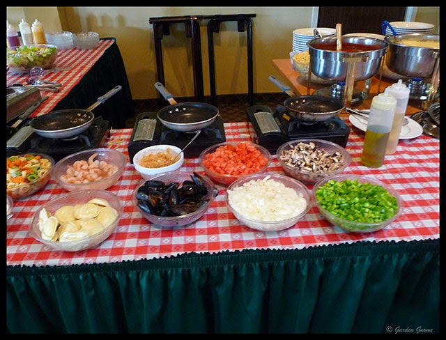 Mom 39 s cafe home cooking the pasta bar at the club house for Q kitchen pasta buffet