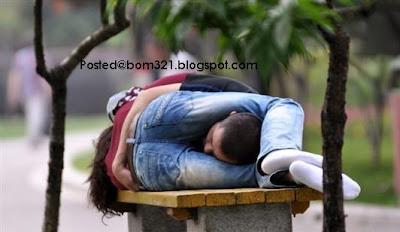 Pasangan Tidur Di Tempat Awam Dalam Posisi Yang Bodoh !