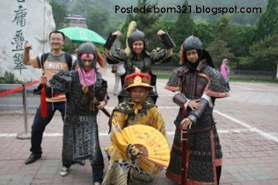 Gambar Heliza AF5 Bersama Peminat Di Beijing.