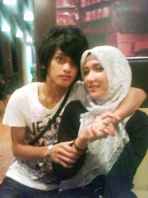 Gambar Bahagia Maizawati dan Suami Mudanya