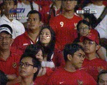 Gambar Luna Maya Dan Monahara Di Stadium Gelora Bung Karno