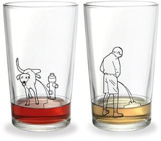 Uro-Nephro. Chien garçon pissent dans des verres d'eau.