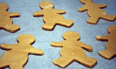 Gingerbread man koekjes op een bakplaat