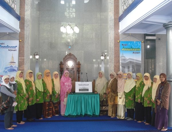 Sebagian Ibu-Ibu Aisiyah Ranting Arjosari di masjid Assalaam