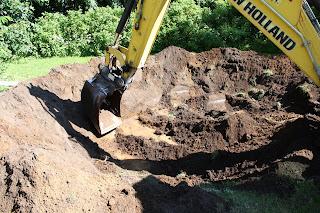 Rendegraveren gravede derefter ca. en meter ned og lagde jorden op som en  vold hele vejen rundt om cirklen. Det tog ikke mange minutter!